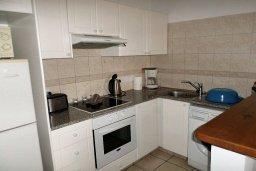 Кухня. Кипр, Пафос город : Апартамент в комплексе с 2-мя бассейнами и зеленой территорией, с гостиной, двумя спальнями, двумя ванными комнатами и балконом
