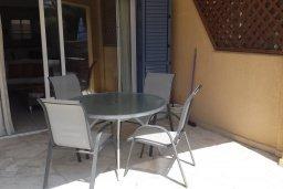 Терраса. Кипр, Пафос город : Прекрасная вилла с большой террасой в комплексе с двумя бассейнами, 3 спальни, парковка, Wi-Fi