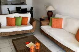 Гостиная. Кипр, Пафос город : Прекрасная вилла с большой террасой в комплексе с двумя бассейнами, 3 спальни, парковка, Wi-Fi