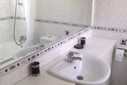Ванная комната. Кипр, Пафос город : Прекрасная вилла с большой террасой в комплексе с двумя бассейнами, 3 спальни, парковка, Wi-Fi