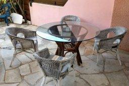 Терраса. Кипр, Пафос город : Двухэтажная прекрасная вилла в комплексе с бассейном и садом, 3 спальни, 2 ванные комнаты, терраса с шезлонгами, парковка, Wi-Fi