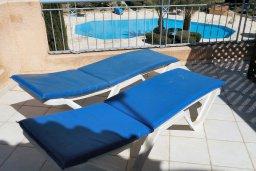 Балкон. Кипр, Пафос город : Двухэтажная прекрасная вилла в комплексе с бассейном и садом, 3 спальни, 2 ванные комнаты, терраса с шезлонгами, парковка, Wi-Fi