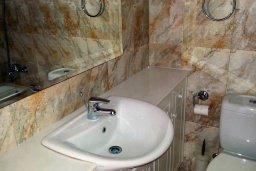 Ванная комната. Кипр, Пафос город : Двухэтажная прекрасная вилла в комплексе с бассейном и садом, 3 спальни, 2 ванные комнаты, терраса с шезлонгами, парковка, Wi-Fi