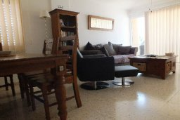 Гостиная. Кипр, Пафос город : Апартамент в комплексе с бассейном и садом, с гостиной, двумя спальнями и балконом