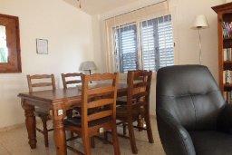 Обеденная зона. Кипр, Пафос город : Апартамент в комплексе с бассейном и садом, с гостиной, двумя спальнями и балконом
