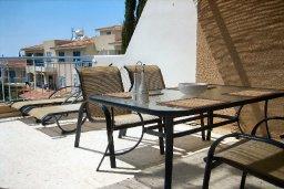 Балкон. Кипр, Пафос город : Апартамент в комплексе с бассейном и садом, с гостиной, двумя спальнями и балконом