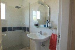 Ванная комната. Кипр, Пафос город : Апартамент в комплексе с бассейном и садом, с гостиной, двумя спальнями и балконом