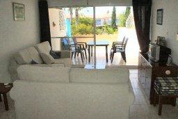 Гостиная. Кипр, Пафос город : Апартамент в комплексе с бассейном и садом, с гостиной, отдельной спальней и балконом