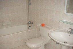 Ванная комната. Кипр, Пафос город : Апартамент в комплексе с бассейном и садом, с гостиной, отдельной спальней и балконом