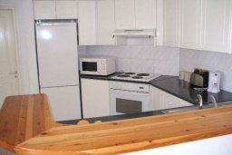 Кухня. Кипр, Пафос город : Апартамент в комплексе с бассейном и садом, с гостиной, отдельной спальней и балконом