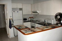 Кухня. Кипр, Пафос город : Апартамент в комплексе с бассейном и садом, с гостиной, двумя спальнями и балконом
