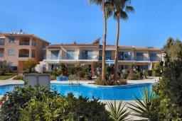 Фасад дома. Кипр, Пафос город : Апартамент в комплексе с бассейном и садом, с гостиной, двумя спальнями и балконом