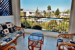 Балкон. Кипр, Пафос город : Апартамент в комплексе с бассейном и садом, с гостиной, двумя спальнями, двумя ванными комнатами и балконом