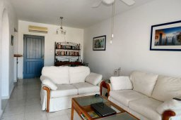 Гостиная. Кипр, Пафос город : Апартамент в комплексе с бассейном и садом, с гостиной, двумя спальнями, двумя ванными комнатами и балконом