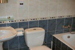 Ванная комната. Кипр, Пафос город : Апартамент в комплексе с бассейном и садом, с гостиной, двумя спальнями и террасой