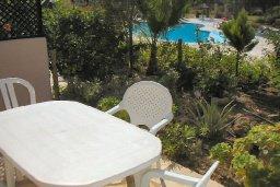 Терраса. Кипр, Пафос город : Апартамент в комплексе с бассейном и садом, с гостиной, двумя спальнями и террасой