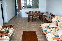 Гостиная. Кипр, Пафос город : Апартамент в комплексе с бассейном и садом, с гостиной, двумя спальнями и террасой