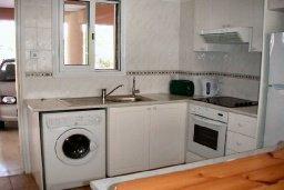 Кухня. Кипр, Пафос город : Апартамент в комплексе с бассейном и садом, с гостиной, двумя спальнями и террасой