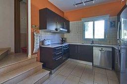 Кухня. Кипр, Дасуди Лимассол : Трехуровневый таунхаус с приватным двориком в комплексе с бассейном, 3 спальни, 2 ванные комнаты, барбекю, парковка, Wi-Fi