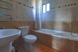 Ванная комната. Кипр, Дасуди Лимассол : Трехуровневый таунхаус с приватным двориком в комплексе с бассейном, 3 спальни, 2 ванные комнаты, барбекю, парковка, Wi-Fi