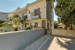 Фасад дома. Кипр, Дасуди Лимассол : Трехуровневый таунхаус с приватным двориком в комплексе с бассейном, 3 спальни, 2 ванные комнаты, барбекю, парковка, Wi-Fi