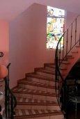 Лестница наверх. Кипр, Дасуди Лимассол : Уютный дом с приватным двориком с барбекю, 4 спальни, 3 ванные комнаты, парковка, Wi-Fi