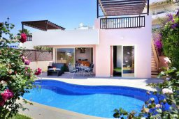 Фасад дома. Кипр, Киссонерга : Уютная вилла с панорамным видом на Средиземное море, с 2-мя спальнями, с бассейном, садом с барбекю и террасой на крыше