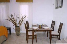 Обеденная зона. Кипр, Киссонерга : Уютная вилла с панорамным видом на Средиземное море, с 2-мя спальнями, с бассейном, садом с барбекю и террасой на крыше