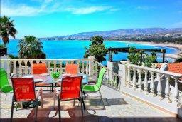 Терраса. Кипр, Киссонерга : Шикарная вилла с панорамным видом на Средиземное море, с 4-мя спальнями, с бассейном, солнечной террасой с патио и барбекю