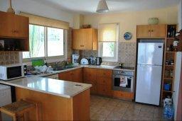 Кухня. Кипр, Киссонерга : Шикарная вилла с панорамным видом на Средиземное море, с 4-мя спальнями, с бассейном, солнечной террасой с патио и барбекю