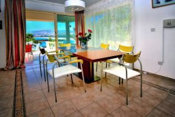 Обеденная зона. Кипр, Киссонерга : Шикарная вилла с панорамным видом на Средиземное море, с 4-мя спальнями, с бассейном, солнечной террасой с патио и барбекю