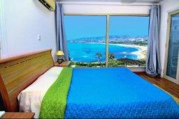 Спальня. Кипр, Киссонерга : Шикарная вилла с панорамным видом на Средиземное море, с 4-мя спальнями, с бассейном, солнечной террасой с патио и барбекю