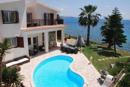 Фасад дома. Кипр, Корал Бэй : Великолепная вилла с шикарным видом на море, с 5-ю спальнями, с бассейном, зелёным двориком с барбекю и патио