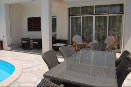 Обеденная зона. Кипр, Корал Бэй : Великолепная вилла с шикарным видом на море, с 5-ю спальнями, с бассейном, зелёным двориком с барбекю и патио
