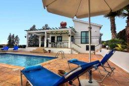 Зона отдыха у бассейна. Кипр, Си Кейвз : Уютная вилла с 3-мя спальнями, с бассейном, тенистой террасой с патио, расположена в эксклюзивном районе Sea Caves