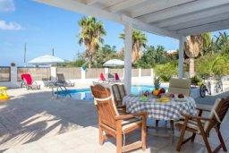 Терраса. Кипр, Аргака : Симпатичная вилла с 3-мя спальнями, с бассейном, тенистой террасой с патио и барбекю, расположена на берегу моря в деревне Аргака