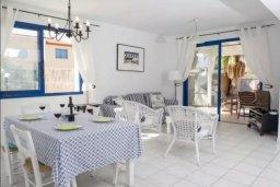Гостиная. Кипр, Аргака : Симпатичная вилла с 3-мя спальнями, с бассейном, тенистой террасой с патио и барбекю, расположена на берегу моря в деревне Аргака