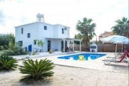 Фасад дома. Кипр, Аргака : Симпатичная вилла с 3-мя спальнями, с бассейном, тенистой террасой с патио и барбекю, расположена на берегу моря в деревне Аргака