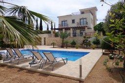 Фасад дома. Кипр, Куклия : Шикарная вилла с большим бассейном и зеленой территорией, 4 спальни, 4 ванные комнаты, солярий на крыше, барбекю, парковка, Wi-Fi