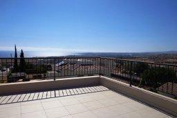 Терраса. Кипр, Куклия : Шикарная вилла с большим бассейном и зеленой территорией, 4 спальни, 4 ванные комнаты, солярий на крыше, барбекю, парковка, Wi-Fi