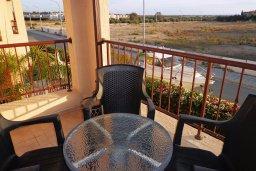 Балкон. Кипр, Мандриа : Апартамент в комплексе с бассейном, с гостиной, двумя спальнями и балконом