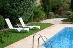Зона отдыха у бассейна. Кипр, Куклия : Прекрасная вилла с бассейном и красивым садом, 3 спальни, 2 ванные комнаты, барбекю, парковка, Wi-Fi