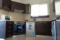 Кухня. Кипр, Куклия : Прекрасная вилла с бассейном и зеленым двориком, 4 спальни, 2 ванные комнаты, барбекю, парковка, Wi-Fi