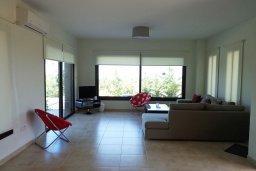 Гостиная. Кипр, Куклия : Прекрасная вилла с бассейном и зеленым двориком, 4 спальни, 2 ванные комнаты, барбекю, парковка, Wi-Fi