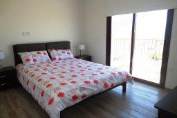Спальня. Кипр, Куклия : Прекрасная вилла с бассейном и зеленым двориком с барбекю, 3 спальни, 2 ванные комнаты, парковка, Wi-Fi