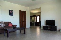 Гостиная. Кипр, Куклия : Прекрасная вилла с бассейном и зеленым двориком с барбекю, 3 спальни, 2 ванные комнаты, парковка, Wi-Fi