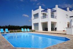 Фасад дома. Кипр, Куклия : Восхитительная вилла с бассейном и зеленым двориком с барбекю, 3 спальни, 2 ванные комнаты, парковка, Wi-Fi