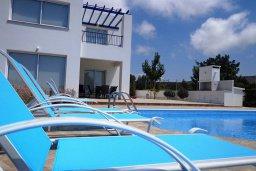 Бассейн. Кипр, Куклия : Восхитительная вилла с бассейном и зеленым двориком с барбекю, 3 спальни, 2 ванные комнаты, парковка, Wi-Fi