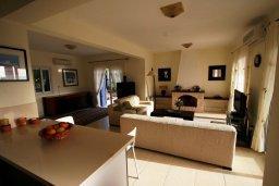 Гостиная. Кипр, Лачи : Прекрасная вилла с бассейном и зеленым двориком с барбекю, 3 спальни, 3 ванные комнаты, парковка, Wi-Fi