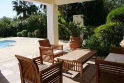 Терраса. Кипр, Лачи : Прекрасная вилла с бассейном и зеленым двориком с барбекю, 3 спальни, 3 ванные комнаты, парковка, Wi-Fi